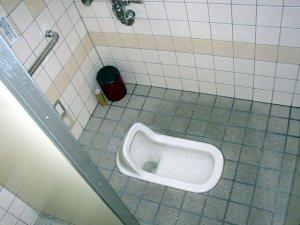 uriner assis pour la paix des m nages. Black Bedroom Furniture Sets. Home Design Ideas